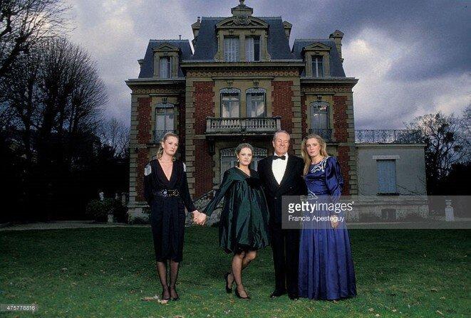 La famille Le Pen posant devant leur demeure, le château de Montretout.