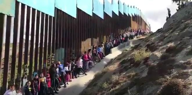 Des enfants mexicains chantent pour les victimes et les survivants des séismes au Mexique © Foro TV