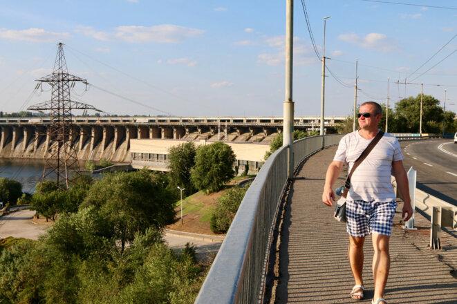 Konstantin Kasyanenko près de la centrale hydroélectrique de Dnieper à Zaporijia. (Photo: Nolan Peterson/The Daily Signal)