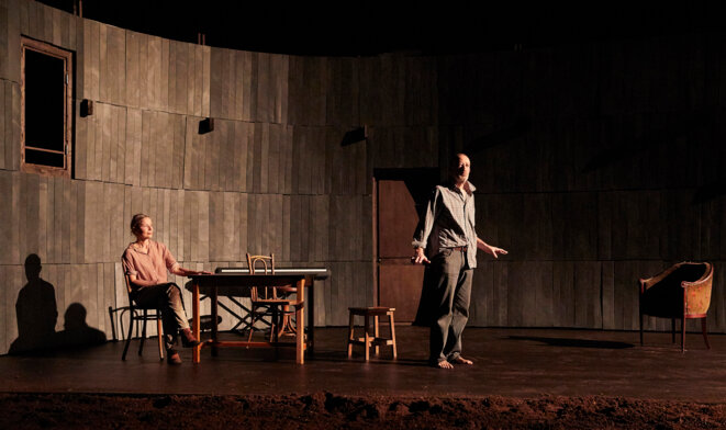 """Scène de """"La pomme dans le noir"""" © Christophe Raynaud de Lage"""