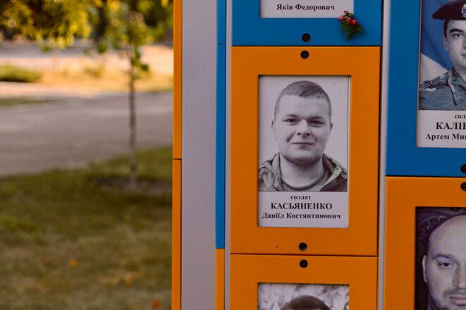 Photo de Daniel Kasyanenko à un mémorial pour les soldats tombés au combat dans un parc de Zaporijia. (Photo: Nolan Peterson/The Daily Signal)