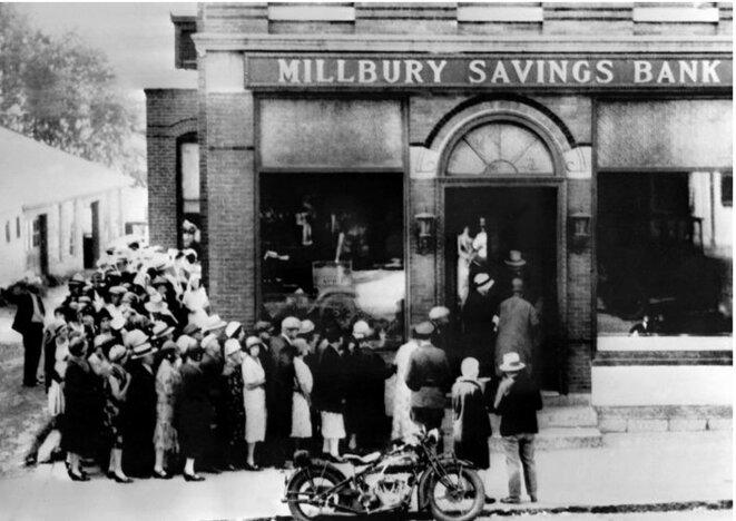 Dépression de 1939 aux USA : les gens cherchant à récupérer leurs dépôts en cash à l'entreée d'une agence bancaire
