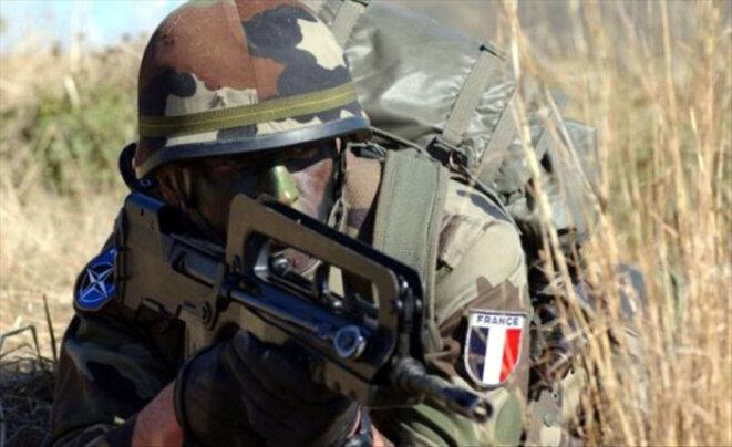 Soldat Français avec FAMAS F1 © Armée de Terre (France)