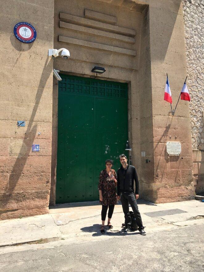 Joachim Levy et Djamila Sirat devant l'entrée historique des Baumettes © Association Nouvelle Aube