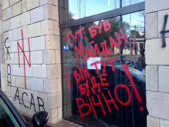Graffiti sur la vitrine de l'Emporium. « Le Maidan était là, et il sera là pour toujours », dit le message en peinture rouge.