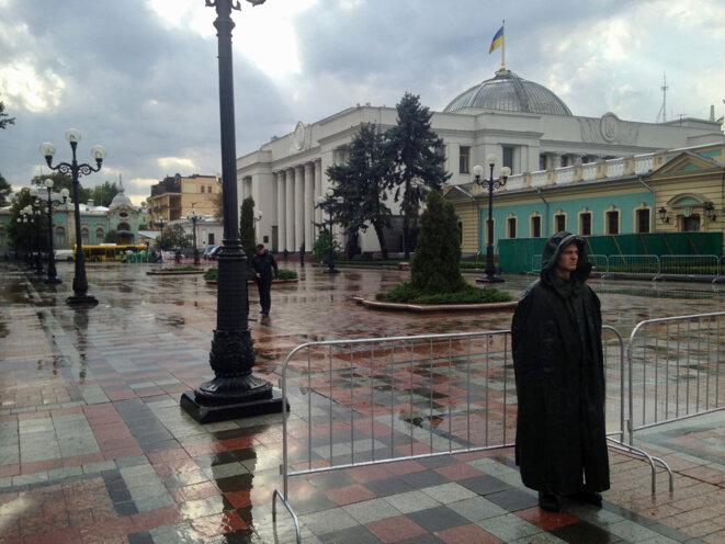 La police ukrainienne et les troupes de la Garde nationale sont restées sur leurs gardes devant le Parlement ukrainien alors que les nuages se séparaient mercredi.