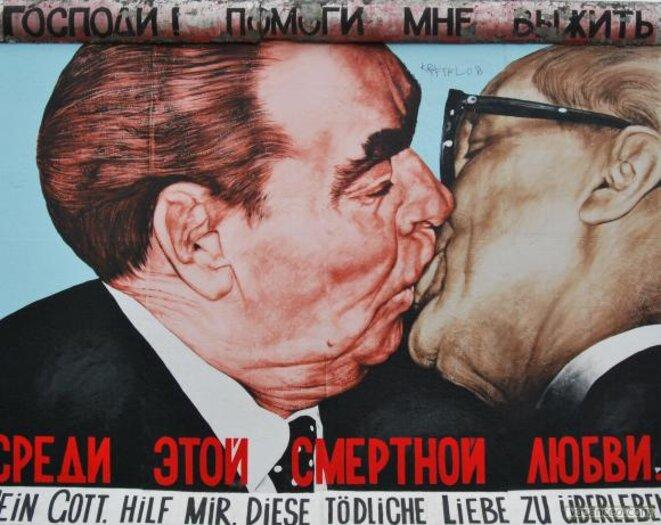 Embrassade entre Brejnev et le patron de l'Allemagne de l'Est Honecker. La guerre n'était pas froide pour tout le monde.