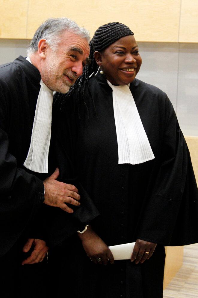 Fatou Bensouda (à dr.), l'actuelle procureure de la CPI, avec son prédécesseur Luis Moreno Ocampo, le 15 juin 2012. © Reuters