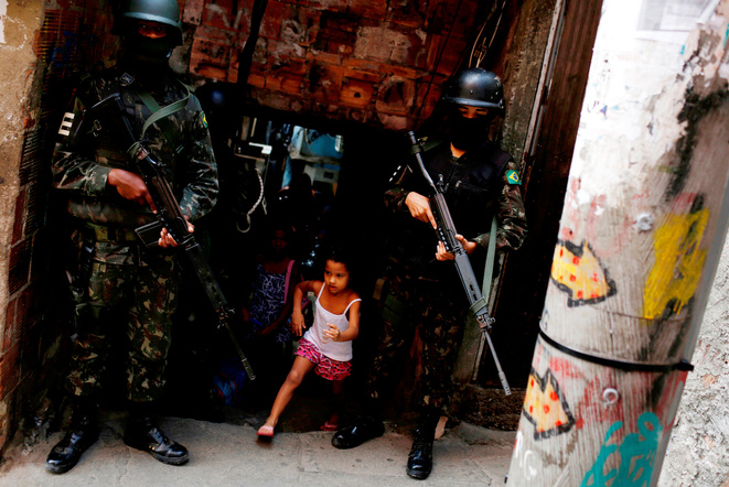 Des membres des forces armées à la Rocinha, une favela de Rio de Janeiro, le 25 septembre 2017 © Reuters