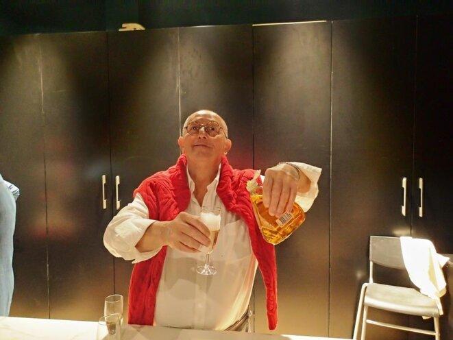 Hugo dans ses oeuvres... Champagne à la plonge © Didier CODANI