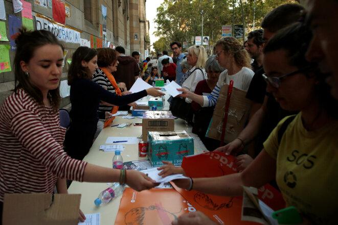 Des étudiants de l'université de Barcelone distribuent des bulletins de vote, jeudi, place de l'Université, pour encourager les gens à aller vote dimanche © Reuters / Jon Nazca