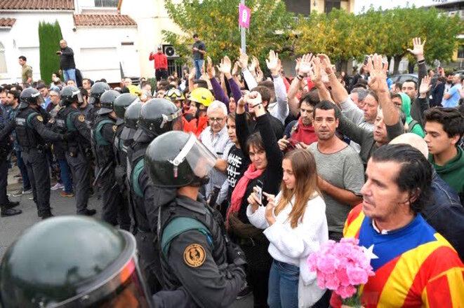 barcelone-fleurs-contre-police-anti-emeute