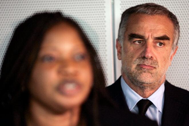 Luis Moreno Ocampo (à dr.), ancien procureur de la CPI, le 18 mars 2006. Au premier plan : Fatou Bensouda, l'actuelle procureure. © Michael Kooren/Reuters