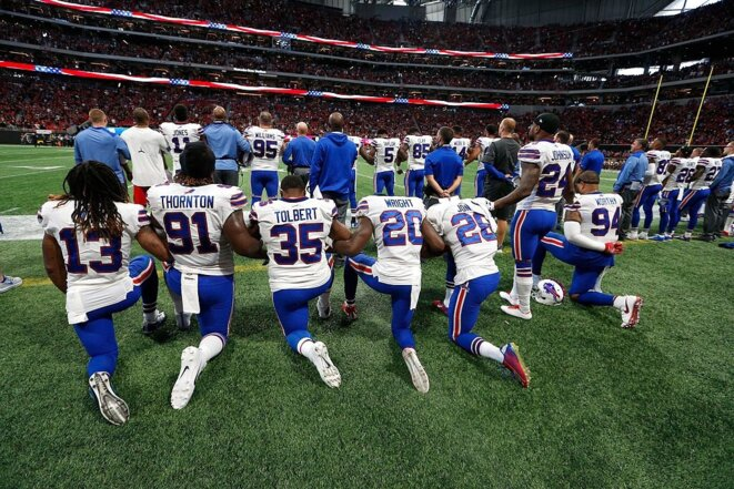L'équipe des Buffalo Bills s'agenouille en signe de protestation contre les violences policières. © DR
