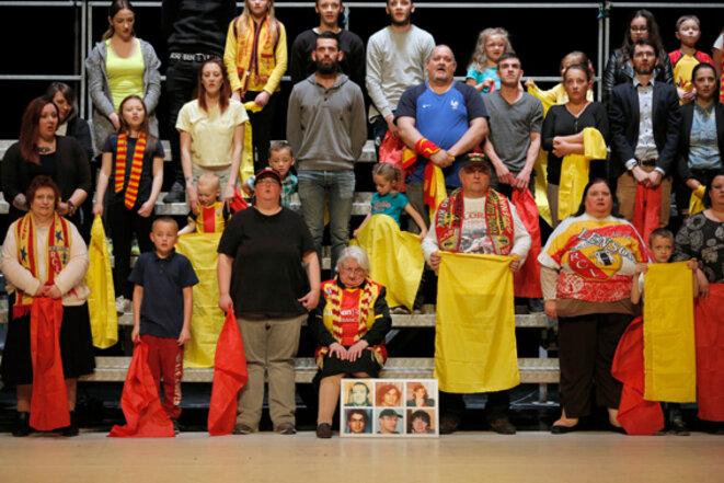 Les supporters du RC de Lens sur la scèbne du Théâtre de la Colline © Pascal Victor