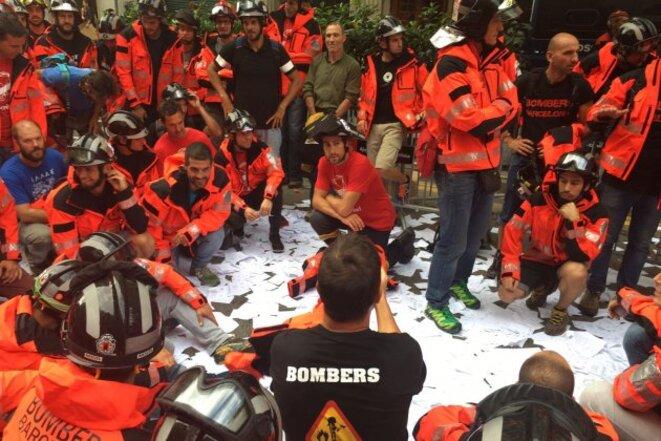 Les pompiers de Barcelone en grève, devant le siège du Parti Populaire © Yes We Cat