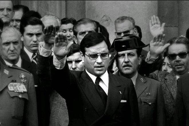 Rodolf Martín Villa faisant le salut romain pendant la dictature. Une demande d'extradition à son encontre a été émise en 2014 par María Servini, une juge argentine, pour des actes de torture remontant à 1976, lorsqu'il était ministre des Relations syndicales..