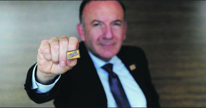 Le pin's du Medef promettant en 2013 un million d'emplois. © DR