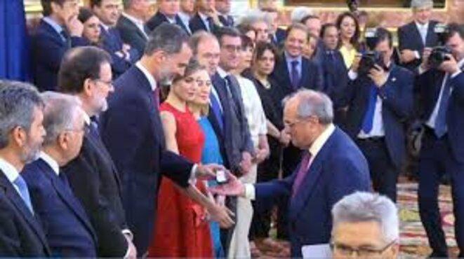 Felipe VI, lors de la célébration des 40 ans de la démocratisation du pays, remettant une médaille à Martín Villa pour avoir été membre de l'assemblée constituante de 1977,