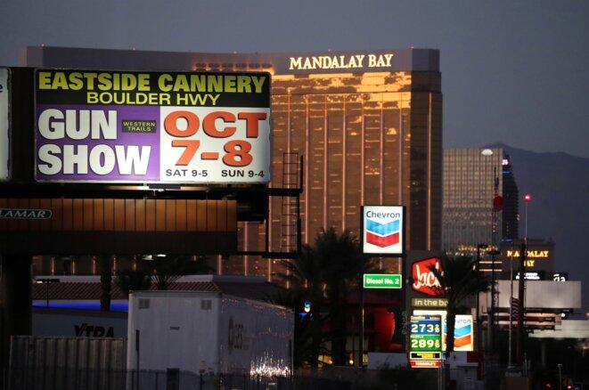 Las Vegas, le 3 octobre 2017. Une publicité pour un salon consacré aux armes voisine l'hôtel Mandalay Bay. © Reuters