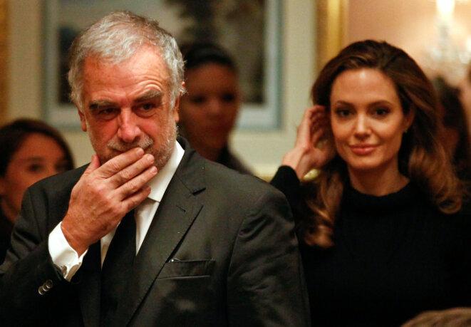 Le procureur Luis Moreno Ocampo et l'actrice Angelina Jolie, le 13 février 2012. © Fabrizio Bensch/Reuters