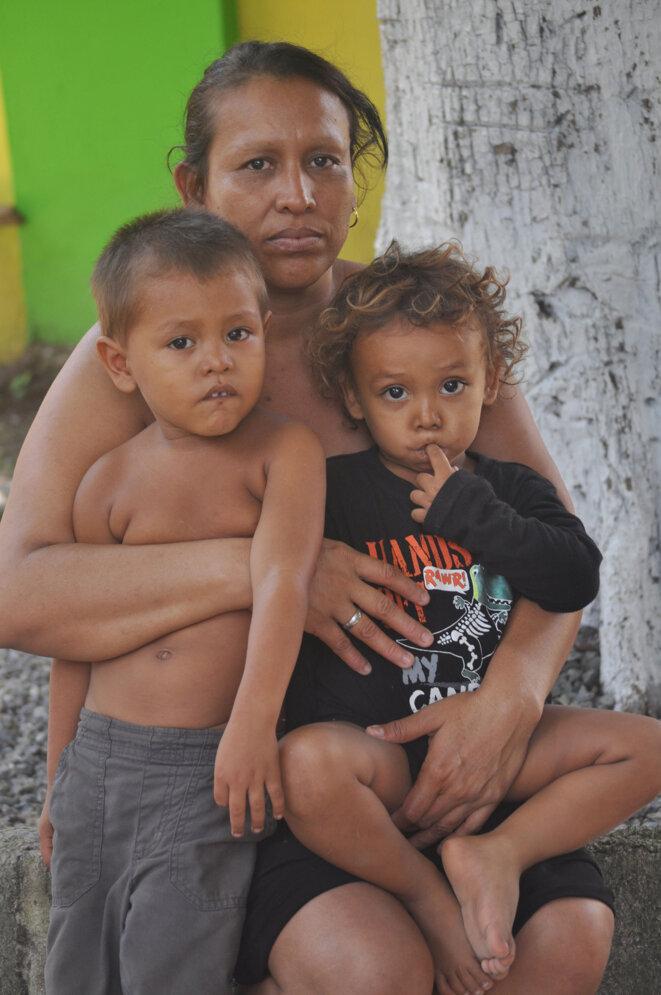 """Maria Estrella et ses deux enfants dans le refuge de """"Jésus le bon pasteur"""" à Tapachula, frontière entre le Mexique et le Guatemala © Joseph Sorrentino"""