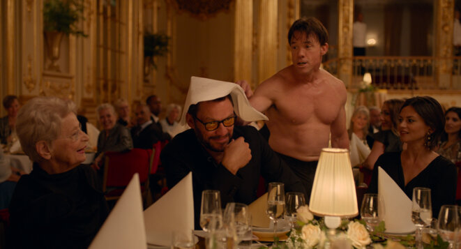 Terry Notary (debout) et Dominic West dans « The Square »