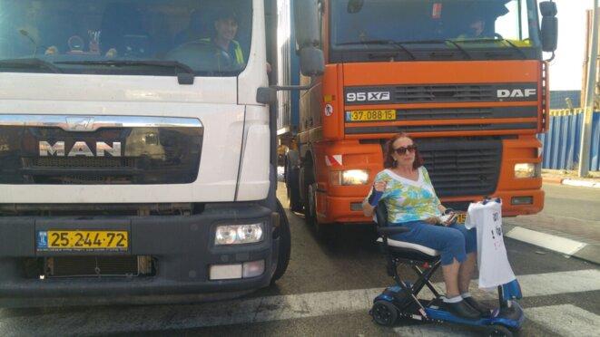 Une manifestante handicapée empêche le passage des camions sur le port d'Ashdod, le 3 octobre © C. D.