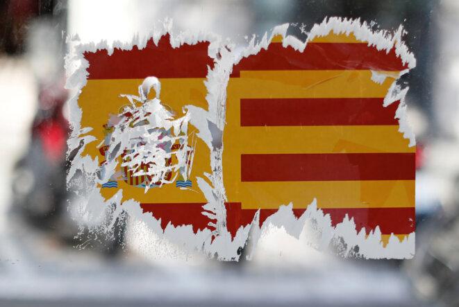 Les autocollants pour ou contre l'indépendance parsèment Barcelone © Reuters.