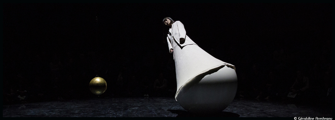 Au Panthéon, Yoann Bourgeois met les corps en déséquilibre dans La mécanique de l'histoire, une tentative d'approche d'un point de suspension © Géraldine Aresteanu
