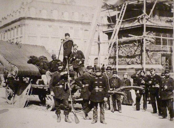 Durant la Commune, gardes nationaux sur la colonne Vendôme, à Paris.