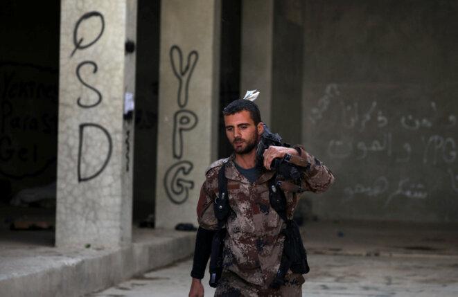 Un combattant des Forces démocratiques syriennes, lundi 16 octobre 2017, à Raqqa © Reuters