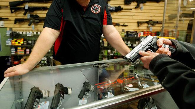 Dans les États où existe un délai obligatoire entre achat et livraison d'une arme à feu, le nombre de tués par balle est plus bas. © Reuters/Jim Young