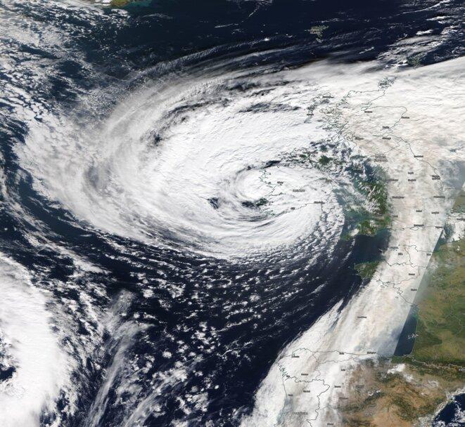 Ex Cyclone Ophélia frappant le sud-ouest de l'Irlande. Du sable du Sahara et des fumées des incendies sont transportés jusqu'en Angleterre © NASA MODIS/Terra