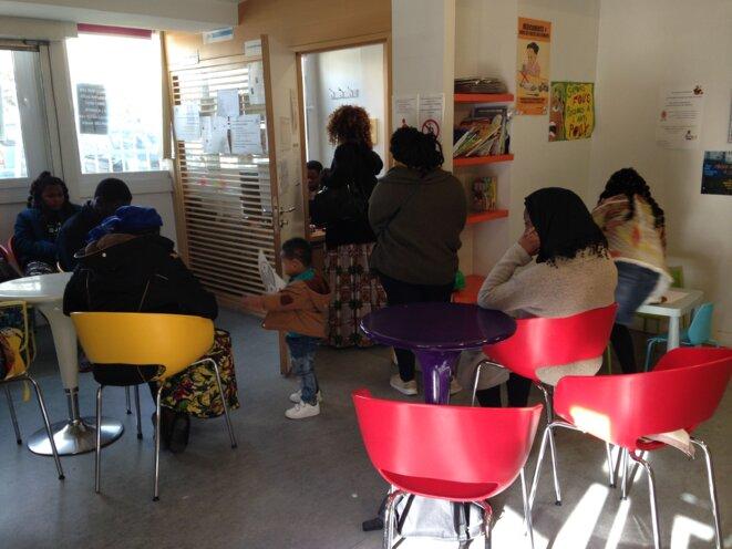 Dans la salle d'attente du centre La Place Santé, dans le quartier du Franc-Moisin © C.C-C