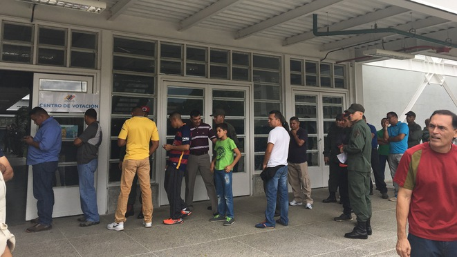Centre de vote à la base aérienne de La Carlota, Caracas © Filip FI
