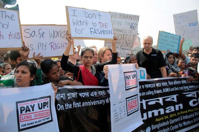 Manifestation le 24 avril 2014 à Savar (Bangladesh), un an après la catastrophe du Rana Plaza. Des familles de victimes réclament la responsabilisation des groupes occidentaux du textile. © Reuters / Andrew Biraj