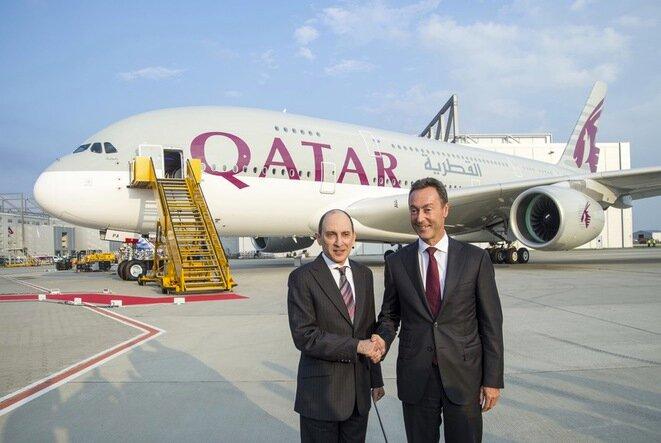 Akbar al-Baker, presidente de Qatar Airways, y Fabrice Brégier, director de Airbus, durante la entrega del primer A380 a Catar, en septiembre de 2014. © Airbus