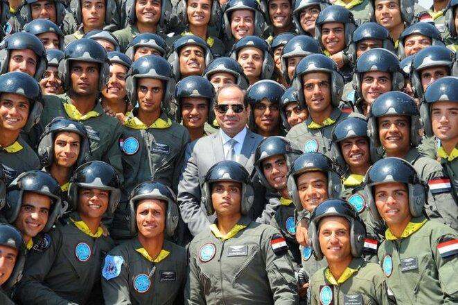 Le président al-Sissi posant au milieu des étudiants de l'armée de l'air égyptienne. © Reuters