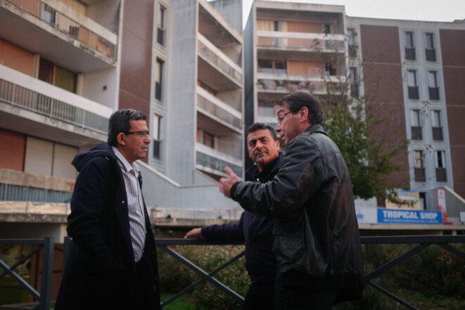 Bouziane Fourka (à gauche) discute avec des habitants du quartier Beaulieu © L.E.