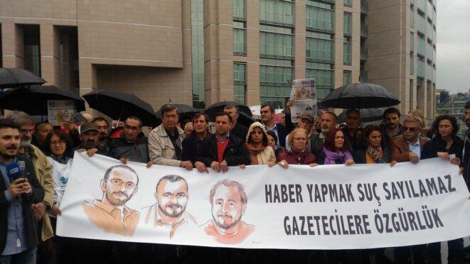 Une trentaine de personnes ont manifesté devant le palais de justice leur soutien à leurs confrères. Sur la banderole, on peut lire : « Informer n'est pas un crime. Liberté pour les journalistes ». © N. C.