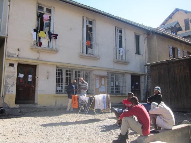 Le bâtiment de la CRS (Coordination réfugiés solidaires) se situe à côté de la MJC de Briançon, où les migrants participent à des activités et reçoivent des cours de français. © LF
