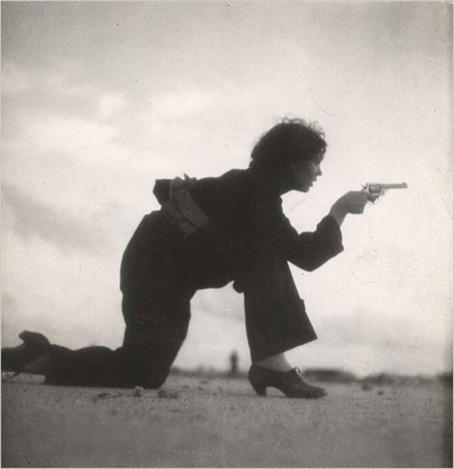 Milicienne républicaine s'entraînant au tir. Photographiée par Gerda Taro pour le New York Times, août 1936. Source: Wikimedia Commons.
