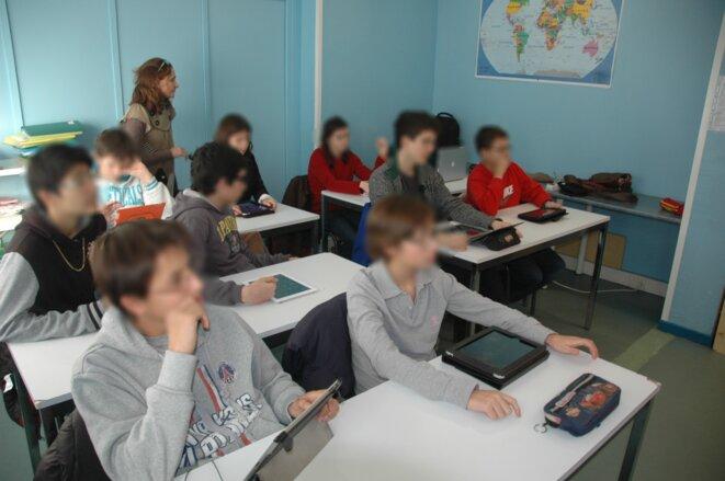 Ecole Plus Paris Enseignement aux élèves avec la tablette numérique