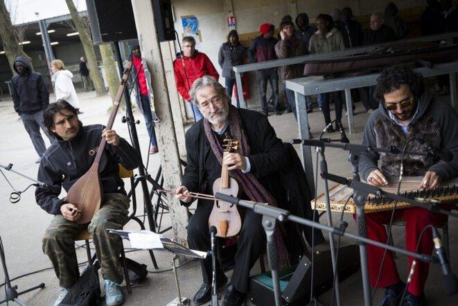 "Jordi Savall dans la ""jungle"" de Calais, en avril 2016"