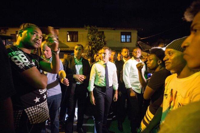 Emmanuel Macron en visite dans le quartier de la Crik, à Cayenne, vendredi 27 octobre. © Reuters
