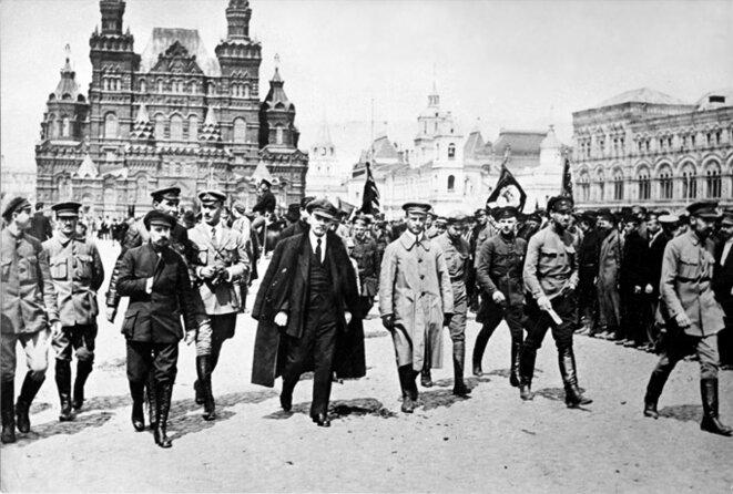 Lénine passant en revue des troupes sur la place Rouge, Moscou, 1919. © Roger-Viollet.