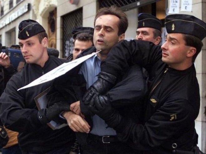 Robert Ménard manifestant en 1999 contre la visite du président chinois Jian Zemin