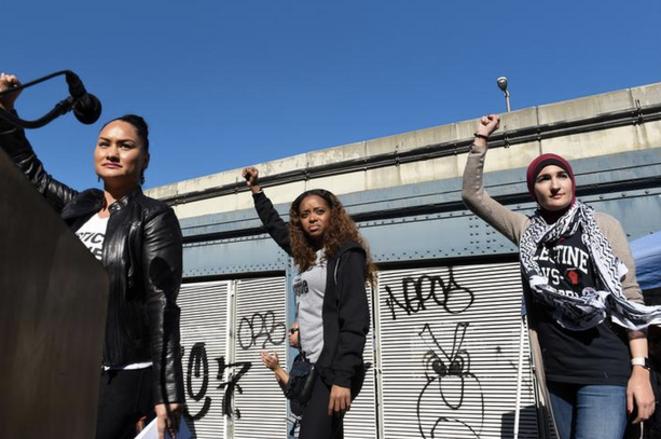 De g. à d. : Carmen Perez, Tamika Mallory et Linda Sarsour, coprésidentes de la Women's March, le 1er octobre à New York © Reuters