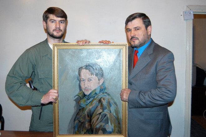 Les frères Sulim et Ruslan Yamadayev avec un portrait de son frère Jabrail. © Yuri Tutov/Kommersant